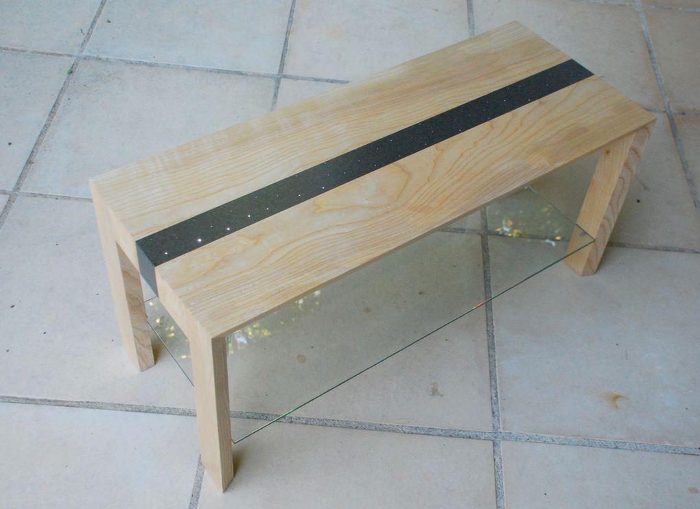 Table basse en frêne aux lignes sobres et modernes