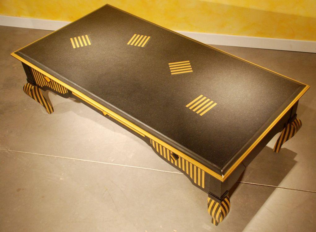 """Table Basse contemporaine Louis XXXI """"Guêpe"""" réalisée en médium teinté jaune et noir."""
