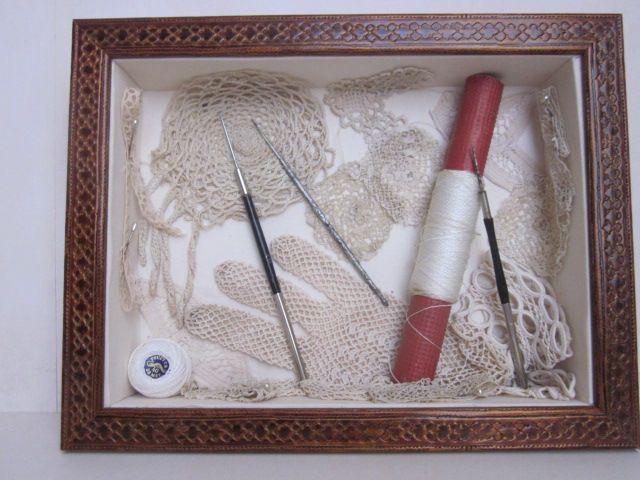 Boitages garnis avec des objets anciens concernant la couture