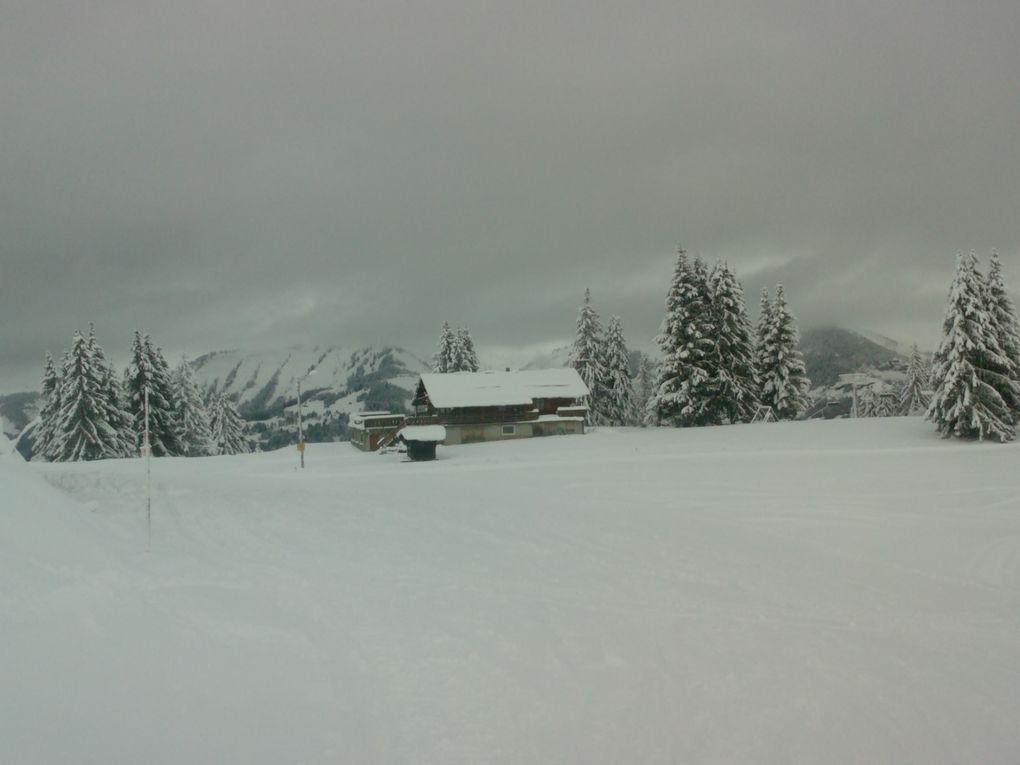 départ - arrivée à la station- premier jour de soleil - puis la neige - paysages féériques - ciels et montagnes en habits de neige - soir de Noël, retraite aux flambeaux, crèche vivante - puis le lendemain, dernier jour, dernier soir et le dé