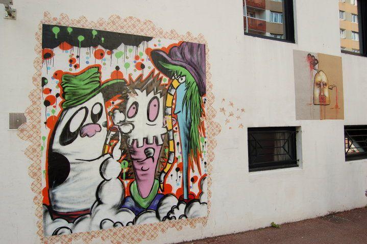 Gonzo et Xavier ont invité les membres de l'association, réalisant du collage sauvage pour investir la façade de l'ASCA.