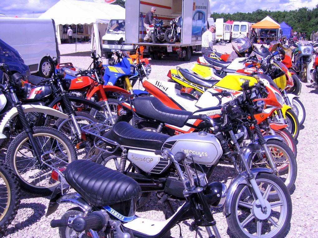PHOTOS COUPES MOTO LEGENDE 2011Dijon PrenoisDémonstration motos et side car anciens sur piste