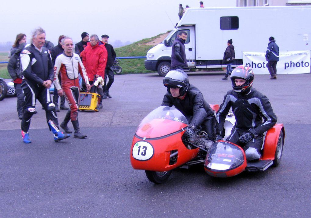"""Side-Car-Party-Lurcy-Levis-2011Démonstrations side car et moto anciennes decourse avec """"la main au panier"""""""
