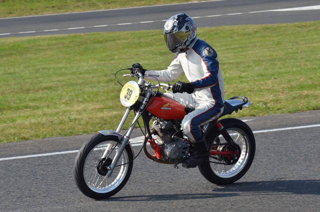 Trophees Jumeaux-2014Démonstration motos et side-car ancien sur piste à Carole