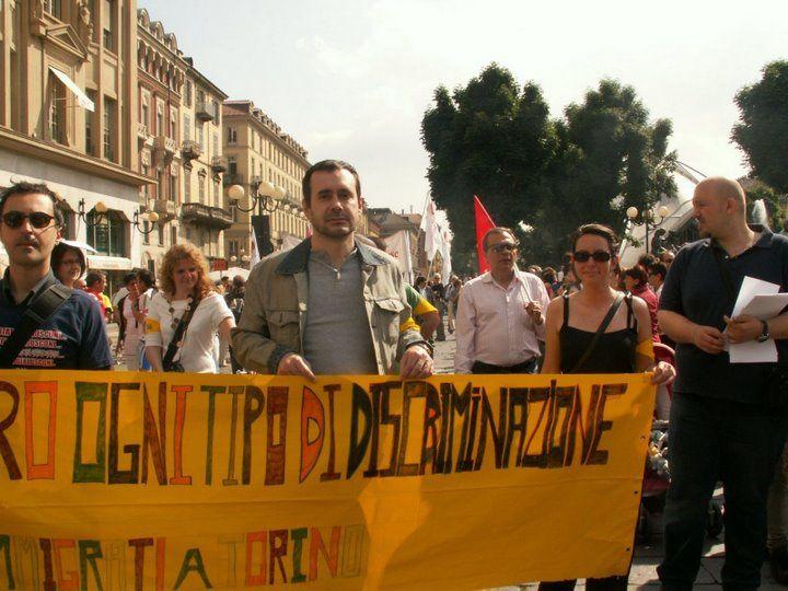 Partecipazione di Immigrati al Torino Pride 2009 con le fasce gialle da pogrom.