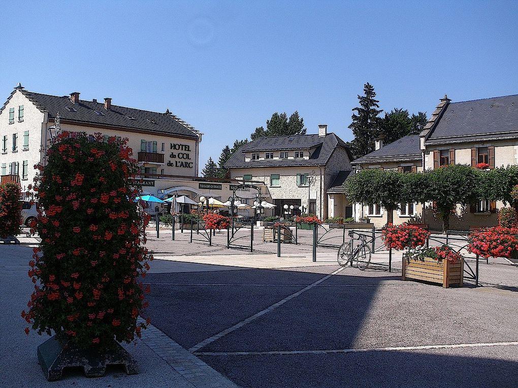 Dans cette album vous verrez le village endormie de Bourg d'Oisans. Puis je vous emmènerais dans le bucolique hameau de la Bérarde situé au coeur du massif des Ecrins.Dans la seconde partie de cet album, on ira faire un petit tour dans le Vercors