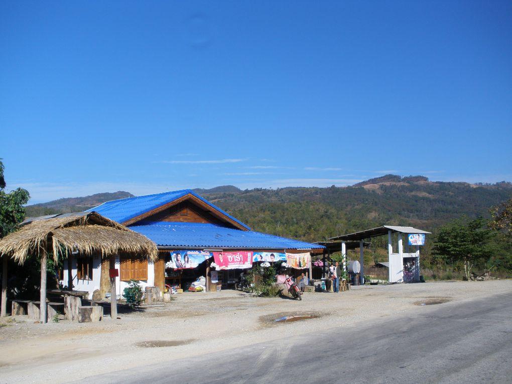 Me voila a Mae-Chaem au pied du Mont Inthanon, qui culmine a plus de 2500 metres. Cette grosse montagne qui ressemble etrangement au Ventoux n'est pas facile du tous surtout a velo.De Mae-Chaem au sommet, la route longue de 34 kilometres est tres r