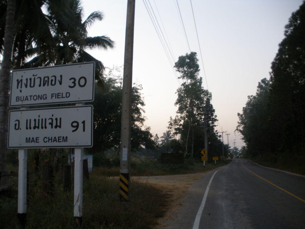 Dans cet album vous allez decouvrir la route entre Khun-Yuam et Mae-Jaem. Et le Dooy Inthanon qui culmine a plus de 2500 metres d'altitude, photo PC201487.