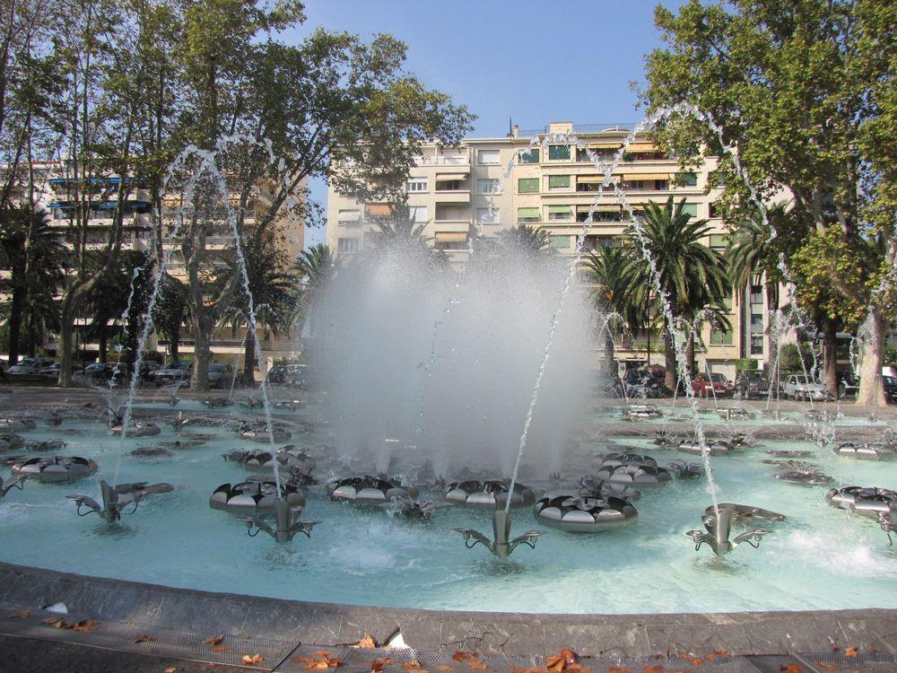 Jeux d'eau de la fontaine située allée Maillol à Perpignan