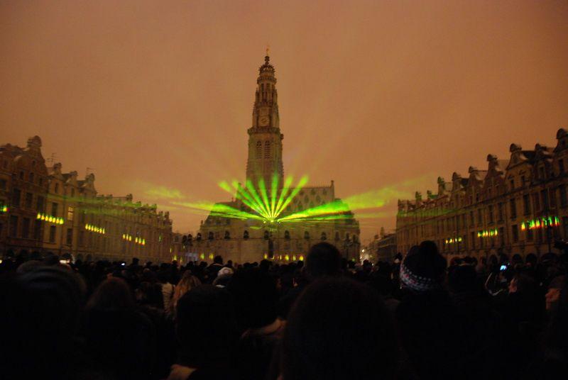 Photographier extrême! ...en contre jour par les projecteurs lasers en 360 degré..à hauteur 10 mètres.Vous imaginez la lumière frappe en pleine d'oeil...J'ai eu que 70 bonnes sur +200 photos prises.Enfin, merci le ciel epargne les chute de