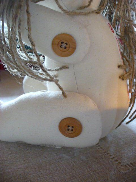 """Je suis en tissus et ficelle avec des boutons en bois et je m'appelle """" Sécotine """"née d'une histoire d'Amour !"""