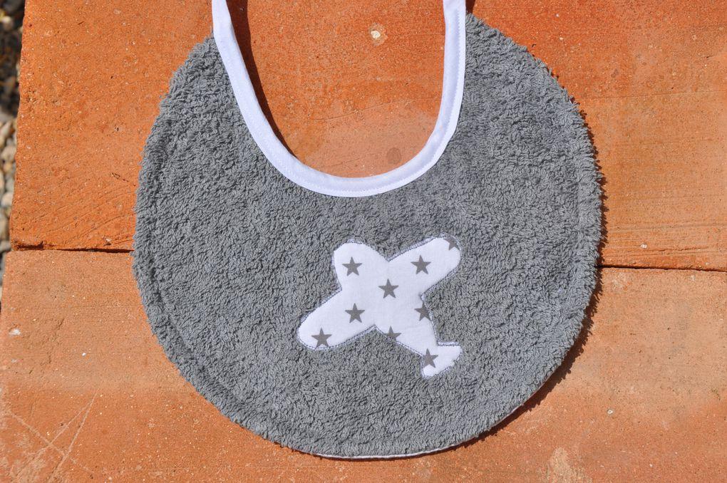 bavoirs en éponge doublés de coton fantaisie, modèle naissance: 10 euros, modèle enfant: 12 euros.