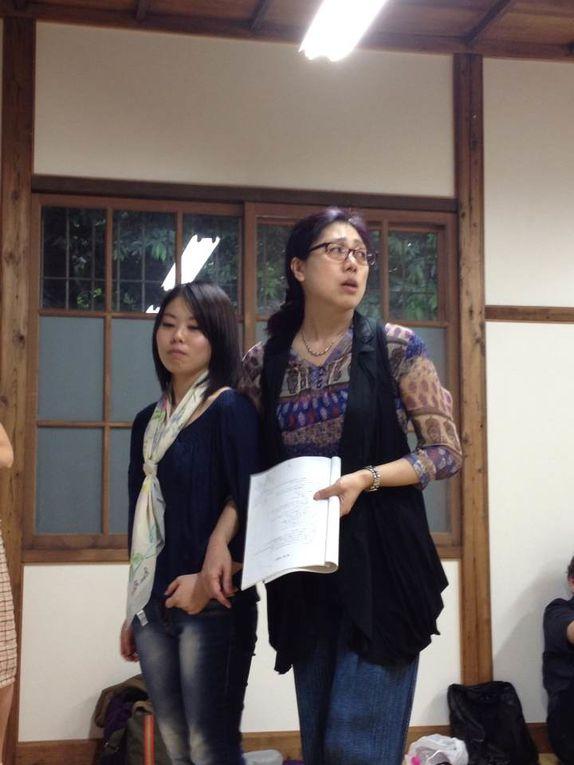 Photographie de Messieurs TAWATA Shintaryô et OKAMURA Shôtarô.Suite à la représentation de La belle Parleuse à l'Université Gakushuin, un atelier de Pratique théâtrale s'est déroulé avec la brillante et enthousiaste participation des étu