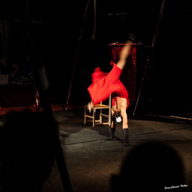 Tel une apparition, Miss chair subjugue le public par ça prestance.Elle s'enroule dans sa chaise jusqu'à  faire corps avec elle.Du glamour au ridicule, il n'y a qu'un pas que franchira peut être Miss Chair !
