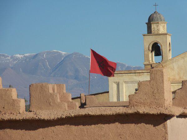 A partir de Marrakech,en passant par Ouarzazatejusqu'à la palmeraie de lavallée du Drâa, dunesdu Tinfou...