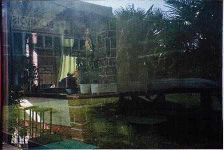 Quand la ville se reflète insolite dans les vitrines,Ô verre miraculeux de quelle magie et de quel mirage n'es-tu pas capable ?