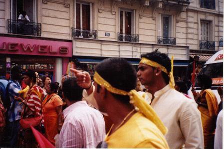A Paris, à la fin du mois d'août la communauté indo-tamoul fête le dieu Ganesch. A l'intersection du 10 ème et du 18ème arrondissement, entre la Chappelle et Max-Dormoy les rues se parent des couleurs indiennes et répandesnt les parfums chauds