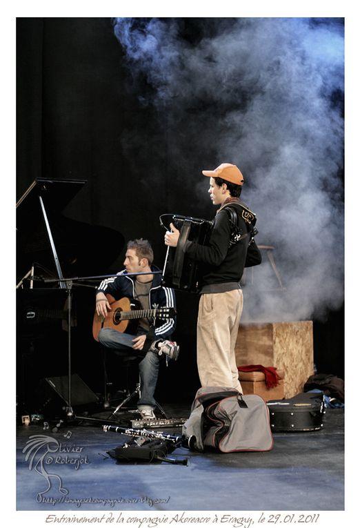 Voici quelques photos de la compagnie Akoreacro lors d'un de leur entrainement (29.01.2011 à Eragny).Beaucoup de concentration pendant cette préparation qui précédait la représentation donnée le soir même ...Akoreacro est une troupe de cir