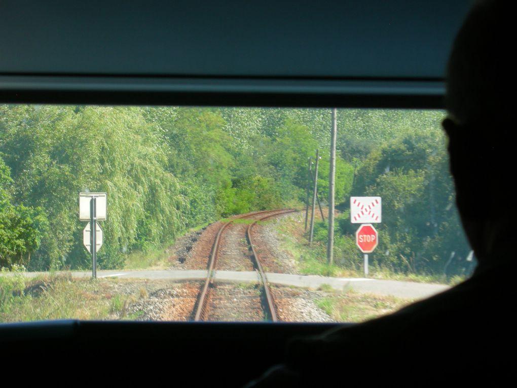 11 000 km, du chemin de fer du Trieux au Transmongolien. En couverture : la provodnista de mon wagon entre Moscou et Irkoutsk. Nous nous sommes parfois agacés mutuellement mais nous sommes quittés en bons termes. Cet album lui est dédié.