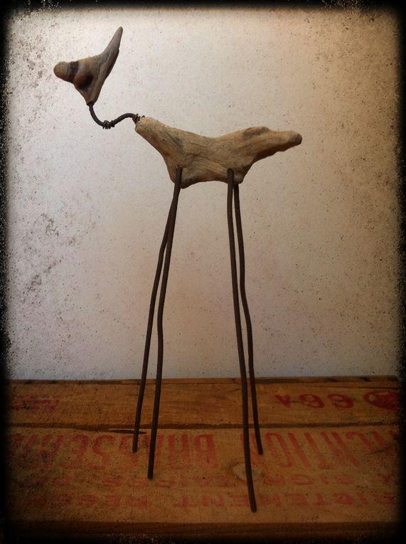 statuettes en galet, fil de fer et raffia