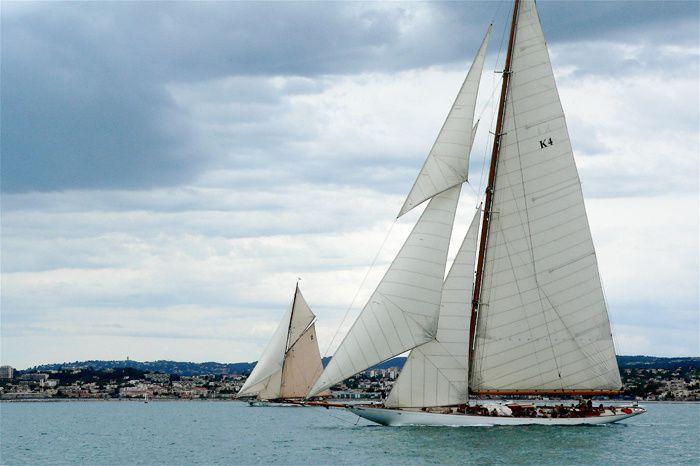 Régate 2009,  © Philippe PlautLes grands voiliers de tradition ont toujours fasciné les amoureux de la voile par leur grâce. Navires de collection souvent centenaires, ils ont réussi à passer à travers les âges. Peu de  participants po