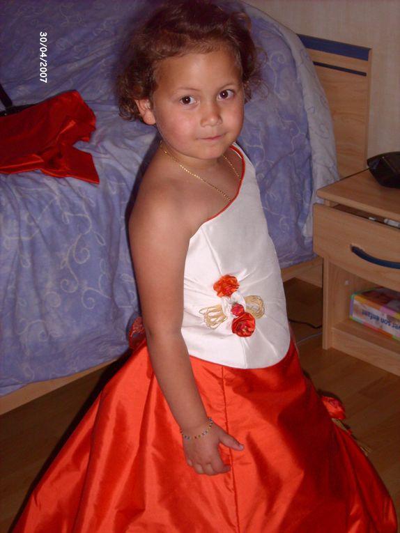 robe de mariée et demoiselle d'honneur crées par mes soins ainsi que la chemise du marié et la chemisette de yanis,le tout dans une trés belle soie orange et blanc cassé.