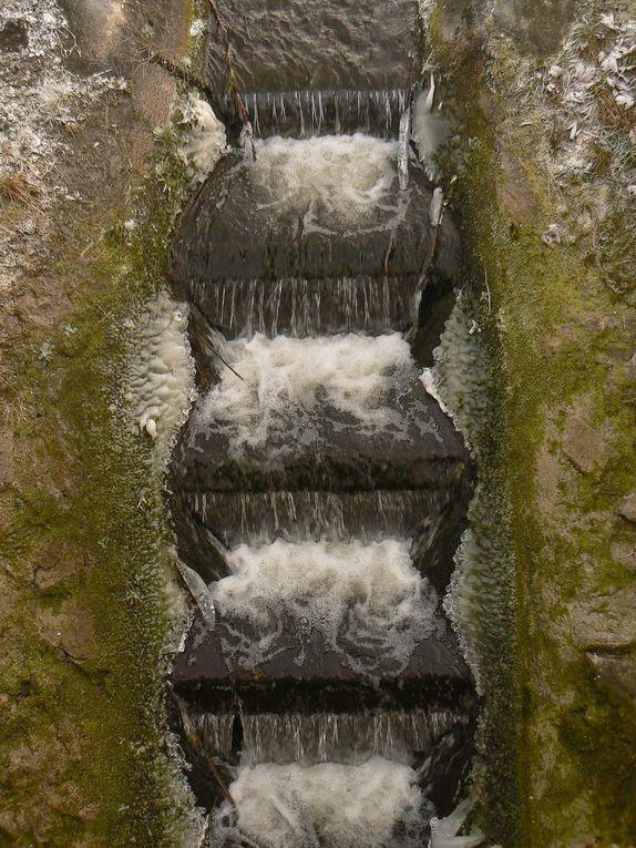 formation de glaces et de cristaux le long de l'ancien canal à Arquenne-Feluy