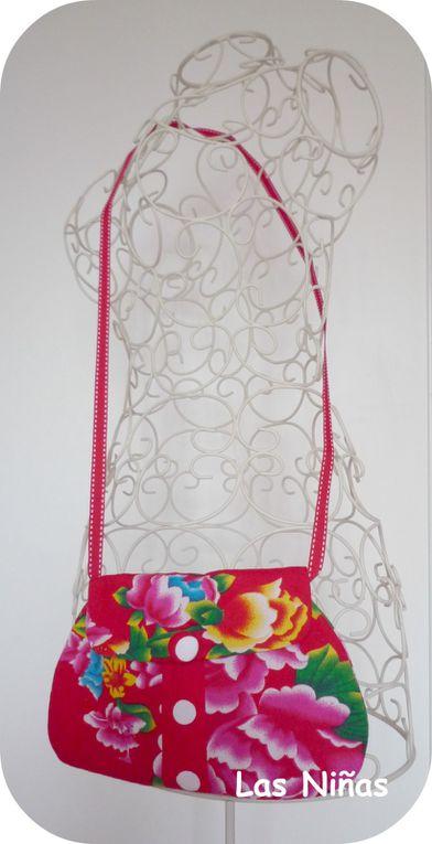 Des jolies p'tites pochettes,en tissus plastifiés,hauts en coton, intérieurs doublés coton, idéal pour les petits articles de toilette ou autres.