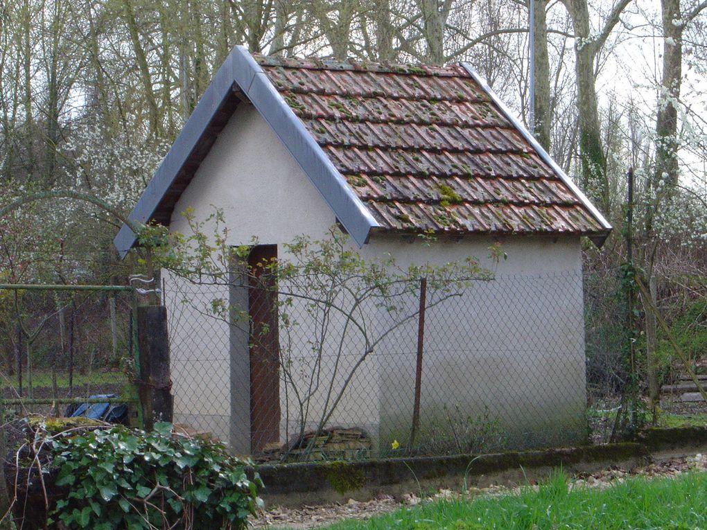 Cabanes de jardins dans les marais de Bourges - Elles font sans doute partie du patrimoine, mais certaines déparent vraiment ce magnifique paysage des marais