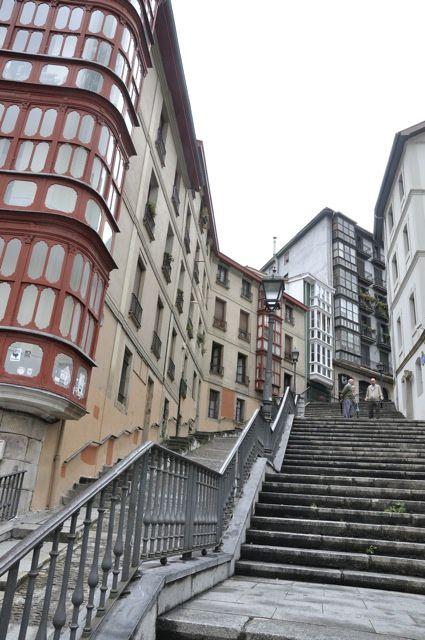 3 journées un peu espacées pour faire non pas le tour mais un tour dans Bilbao et prendre le pouls de cette grande ville  portuaire au passé ancien,  traversée par le Nervion dans un relief montagneux, et qui évolue singulièrement vers la moder