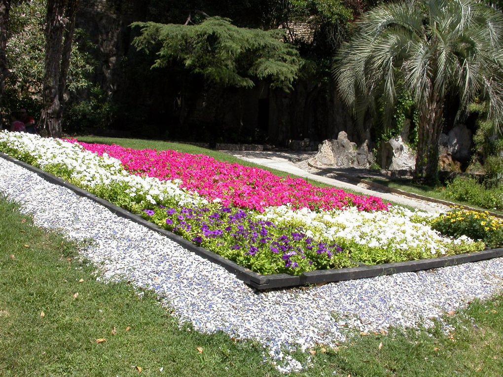Les jardins de la Fontaine sont un des lieux incontournables de Nîmes. Ils abritent le temple de Diane et la Tour magne, véritable emblème de cette cité où l'empreinte de Rome est omniprésente. Après le rez-de-chaussée, paradis des boulistes,