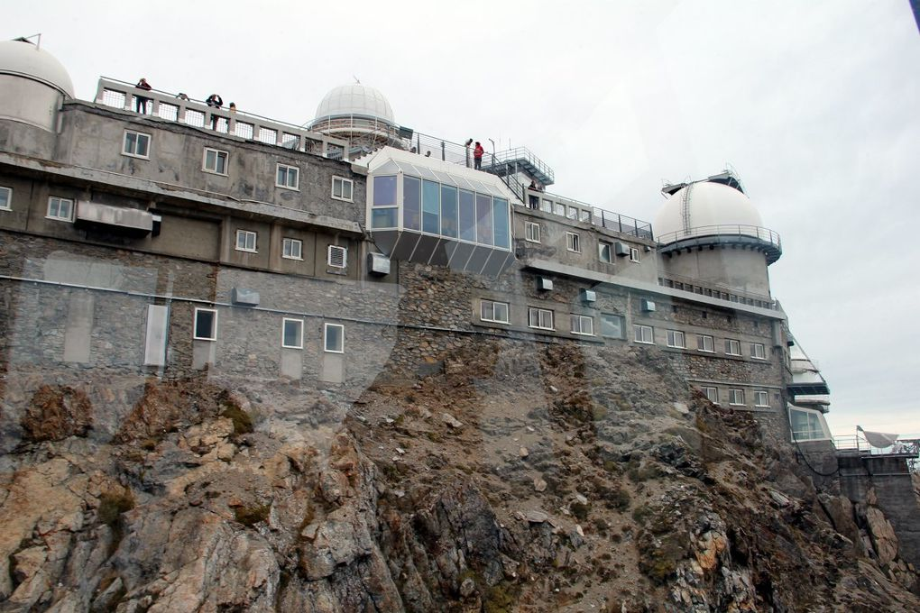 En bordure des Pyrénées, perché à 2870 mètres d'altitude, l'observatoire du Pic du Midi Bigorre est le rendez-vous des passionnés d'astronomie. A certaines dates, il est possible d'y séjourner 24 heures, dormant dans les petites chambres des c