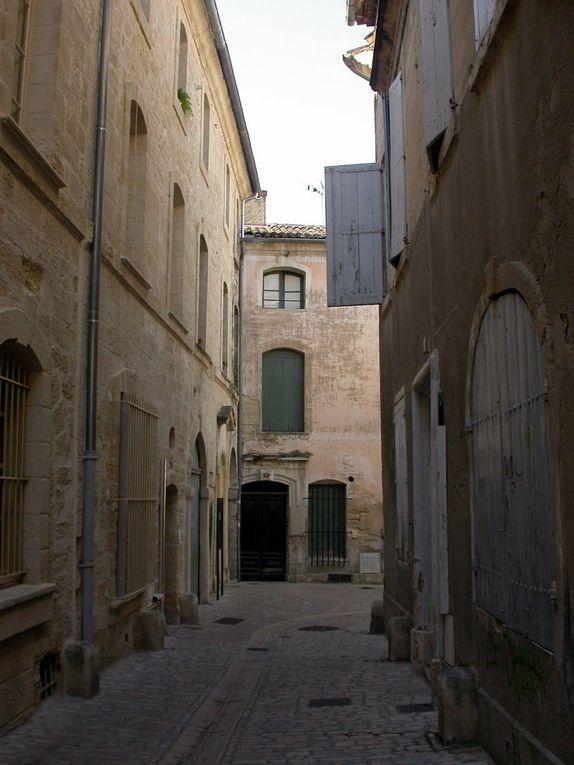Dans le gard, Uzès, cité ducale au charme historique, offre au visiteur des trésors architecturaux. Ses maisons aux façades travaillées. Sa célèbre place aux Herbes.