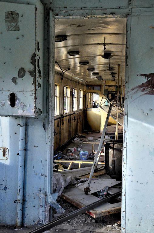 """La gare de Cazzamozza recelle un trésor photographique...une vieille micheline """"La micheline N°202"""" devenue épave, croisant tous les jours le dernier modèle qui a pris sa place sur les rails"""