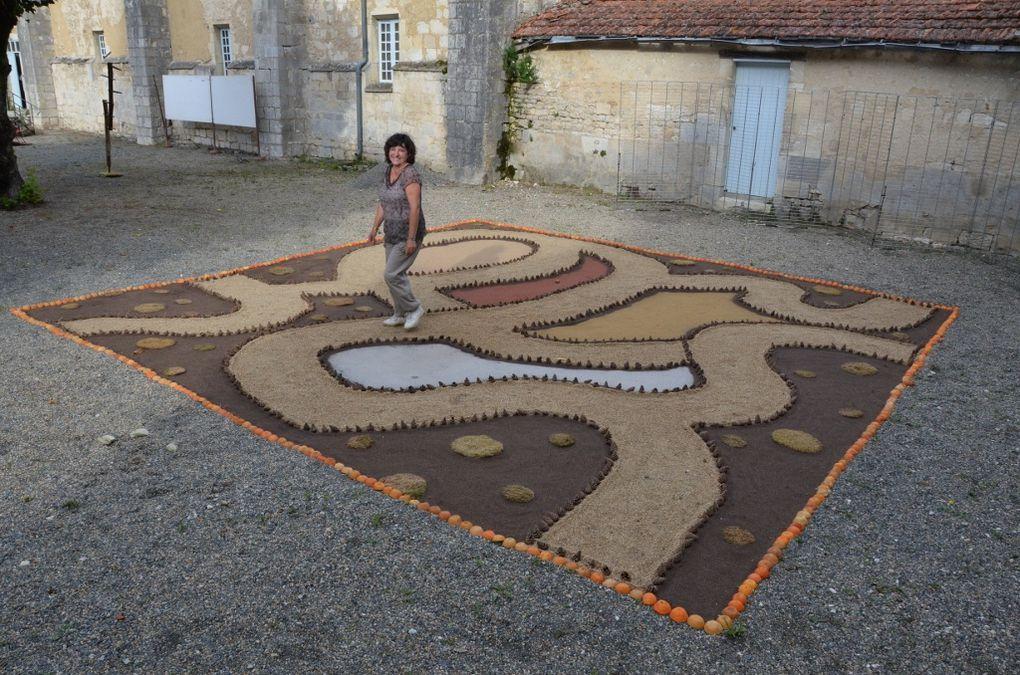 """Labyrinthe réalisé dans la cour du cloître de l'abbaye royale de Saint-Jean d'Angely à l'occasion du festival de """"théâtre en Abbaye"""""""