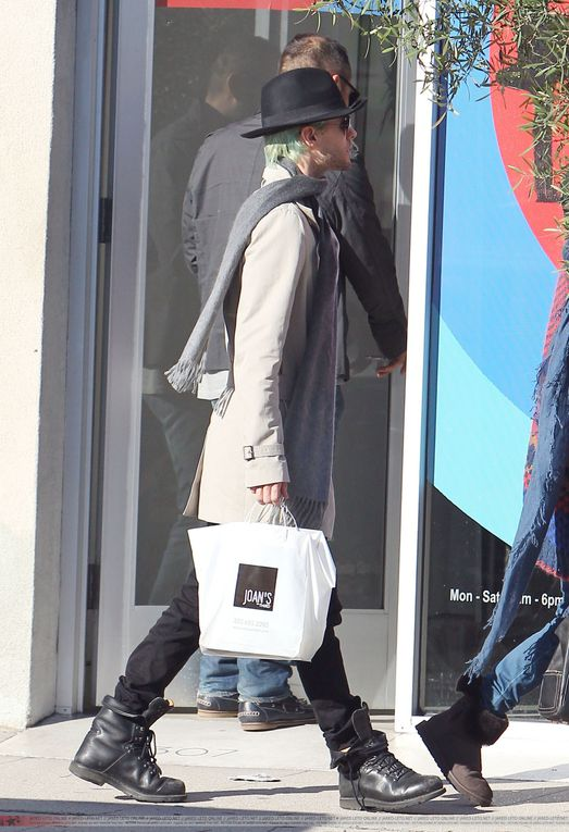 Album - Jared-shopping-in-LA---24-Dec-2010