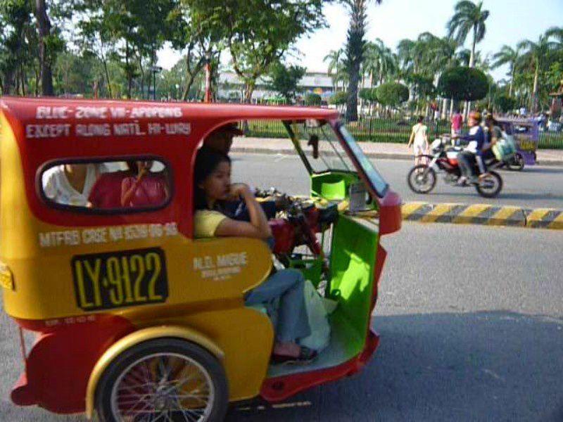 tricycles, jeepneys, bicyclettes roulent dans tous les sens dans des rues sans feu, sans eclairage, sans passage pour pieton et sans goudron !!!
