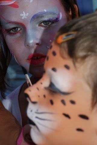 Tata couleur a un pinceau magique..qui peut te transformer en tigre ou en souris, en papillon ou en dragon, munie de sa palette, elle colore ta fête!!