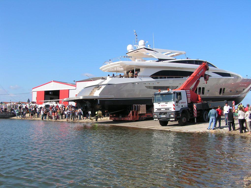 Mise à l'eau par le chantier naval Couach d'un yacht de 37 mètres, le vendredi 28 mai 2010