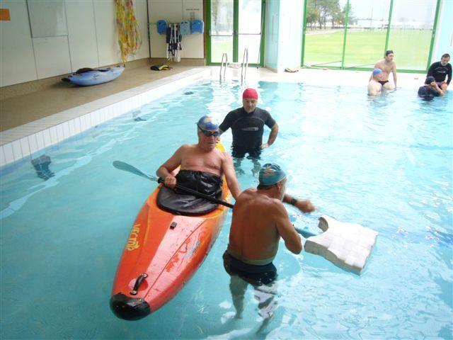 Dimanche 8 novembre 2009Entraînement en piscine pour les kayakistes.Cela tombe bien, dehors le temps est pourri