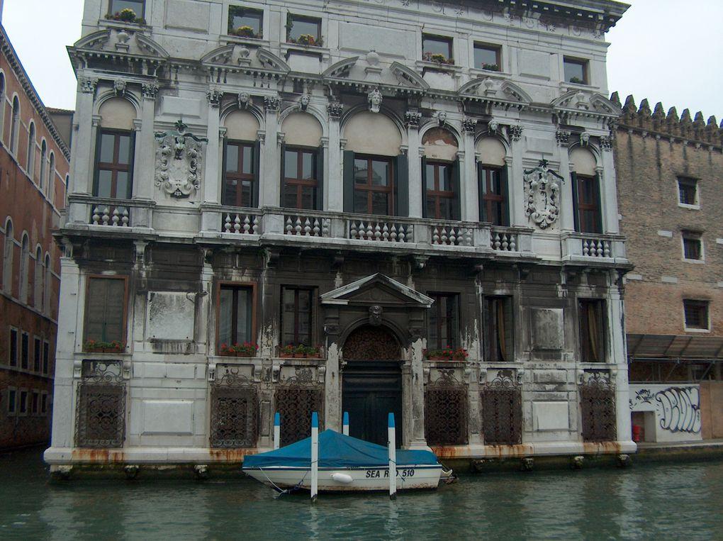 des canaux, des ponts, des ruelles, des monuments, des quartiers, les îles de Burano, Torcello et murano, le charme de Venise