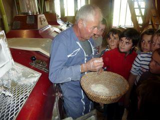 Pour comprendre la transformation d'un aliment de base, le moulin de Coudoustrine à Espalion est l'endroit idéal. De plus les petits gâteaux de la propriétaire et la gentillesse du meunier rendent le moment encore plus agréable...