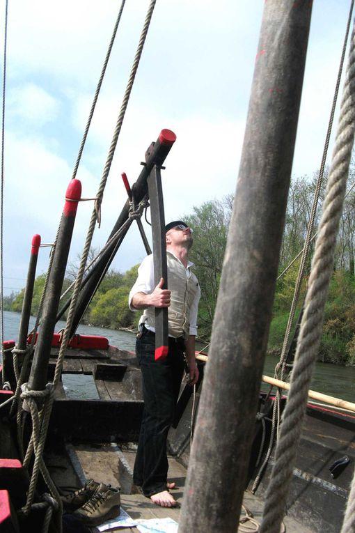 Au départ du Veurdre, l'équipage du grand fûtreau de la Chavannée s'est embarqué, à contre-courant de la rivière Allier...