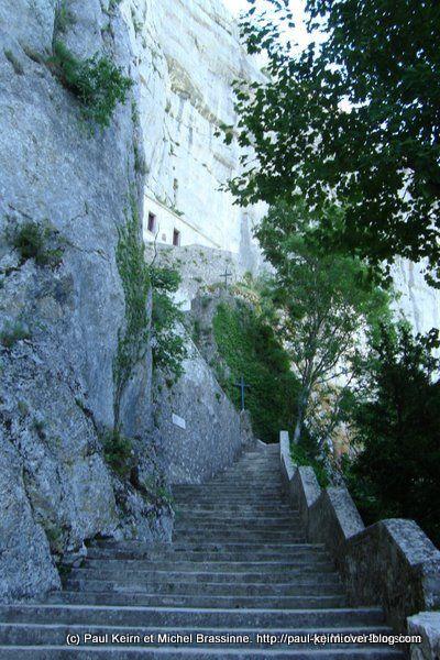 La Sainte-Baume dans le Var est un lieu de pélérinage. Mais sans doute cette grotte (baume) fut de tout temps visitée, bien avant que le christianisme ne s'en empare. La promenade est exceptionnelle.