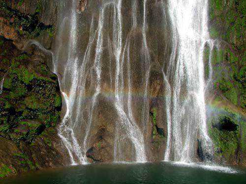 BOCA DA ONÇA:  La promenade de la Boca da Onça qui veut dire bouche de panthère est constitué d'une promenade en nature de 2.780m totalement de forêt vierge, en passant par des arbres de lois et des cascades ,pour arriver finalement á la rivière Salobra,en aillant une vue spectaculaire de la cascade la plus haute de MS, 156 m. La promenade inclus déjeuner, piscine avec eau courante, avec poissons,hydromassage,et un fameux massage indien . Distance depuis le centre-ville: 55 km Durée: journée complète Ce qu'il vous faut apporter : vêtements de bain, serviette, tongs, écran solaire et anti-moustique