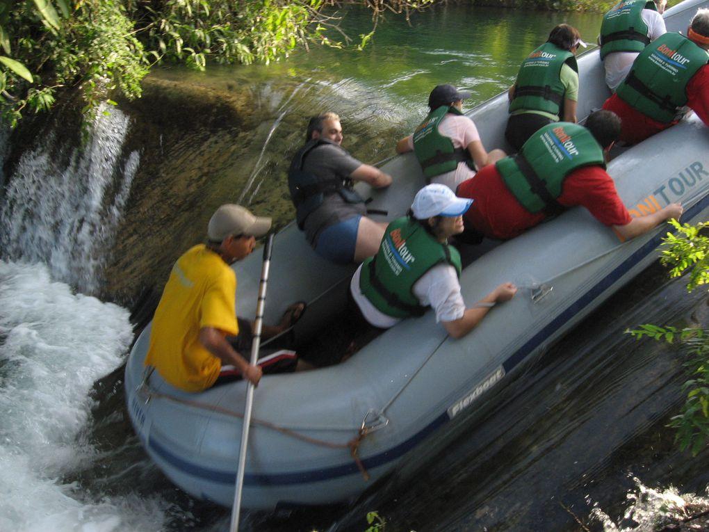 Promenade en Botes du Rio Formoso – La promenade est faite dans les eaux de Rio Formoso, dans canots de caoutchouc avec capacité pour 12 personnes, dans le maximum, dans un parcours de 6 km, en dépassant trois cascades et deux corredeiras.