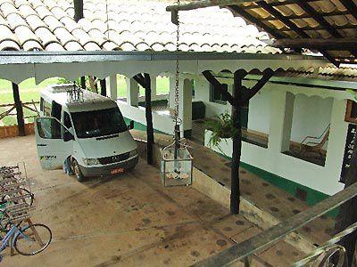 La Fazenda Santa Cruz, centenaire dans le Pantanal Sud Mato Grossense, est un mélange de beautés naturelles avec  une vie locale typique. Vous  trouverez de  belles foret et des champs indigènes, une grande diversité d'animaux sauvages, une architecture historique conciliés harmoniquement avec la sympathique présence de l'homme pantaneiro. Soigneusement structuré dans  lequel le visiteur jouie, avec confort, de l'exposition de la nature et du « meio rural » Distance 173 km