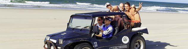 """CEARÁ, JANGADAS ET DENTELLES. Ce n'est qu'en 1649 que les portugais débarquèrent dans le Ceará, pour lutter contre les envahisseurs français. C'est alors qu'ils firent connaissance de quelques unes des plus admirables plages du monde. Découvrez cet état, à partir de sa capitale, Fortaleza. Le circuit commence avenue Beira-Mar. Les premiers sables auxquels vous devriez toucher sont ceux de la plage Iracema, où le coucher de soleil est une véritable attraction. Sinon il y a aussi la plage Mucuripe, où l'on peut observer le retour des """"jangadas"""" (genre de radeau à voile, qui au Ceará est un bateau de pêche ) à la terre ferme. Fortaleza est la capitale moderne de l'État du Ceará et le sans doute la plus connue et la destination de vacances la plus populaire dans le nord du pays. Merci au climat tropical, même modéré. Fortaleza est une destination toute l'année grâce à la bonne infrastructure avec de nombreux hôtels, bars et animations de loisirs pour tous les goûts. Les belles plages telles que Praia do Futuro sont un peu en-dehors de la ville. La plupart des plages sont entourées de hautes dunes de sable et les lagunes. Certaines des criques et des plages sont en grande partie inchangées et sont idéales pour les promenades en buggy, la natation, la voile, le surf et l'équitation."""