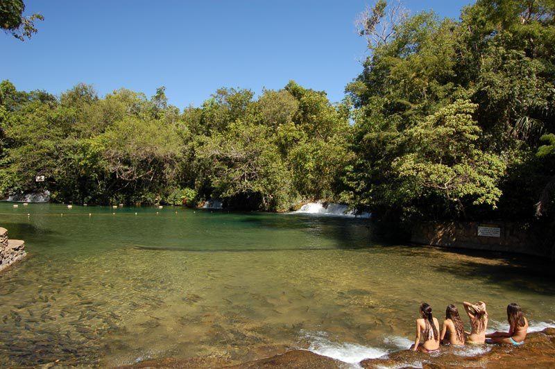 """BALNEÁRIO DO SOL:  Situé aux marges de la rivière Formoso, fameux par la clarté de son eau. Dans le balnéaire du Soleil, on peut nager dans une piscine ou la rivière entre des poissons appelés """"piraputangas"""","""" curimbas"""" et dorades, avec des belles cascades faisant partie du scénario. Cette promenade possède également une tyrolienne et un trampolin. Dispose également d'un endroit où prendre un sandwich, hamac, terrain de volley et de foot de sable. Il y a aussi une rôtisserie couverte avec tables et chaises.  Distance depuis le centre-ville: 20 km Durée: journée complète Ce qu'il vous faut apporter : vêtements de rechange, maillot de bain, serviette, tongs, écran solaire et anti-moustique"""