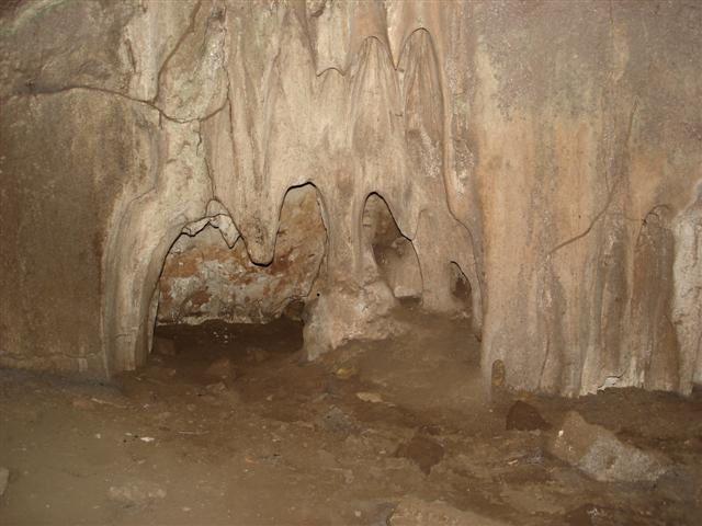 GRUTA DE SÃO MIGUEL:  Avec une promenade de 180 mètres sur les sentiers forestiers existants autour des grottes qui montrent toute la beauté et exubérance de la faune et de la flore a Bonito. Après avoir suivi ce sentier à l'intérieur de la caverne, les touristes initient le voyage de retour au centre de visitant, maintenant avec plus de confort : des modernes petites voitures électriques vont vous mener jusqu' au point de parti pour une promenade en sentier forestier Distance depuis le centre-ville: 18 km Durée: demi-journée Ce qu'il vous faut apporter : chaussures fermées obligatoirement (tennis, basket,…)